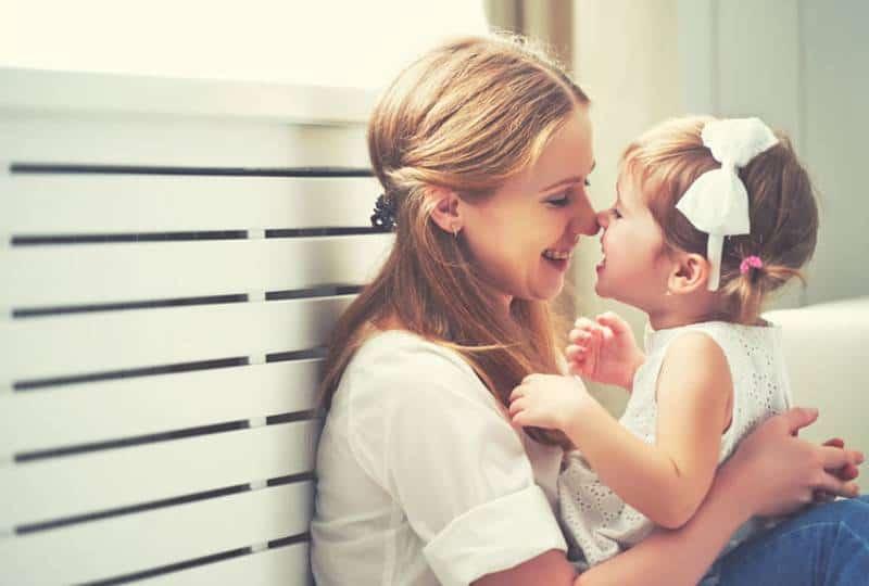 Mutter spielt mit ihrer süßen kleinen Tochter