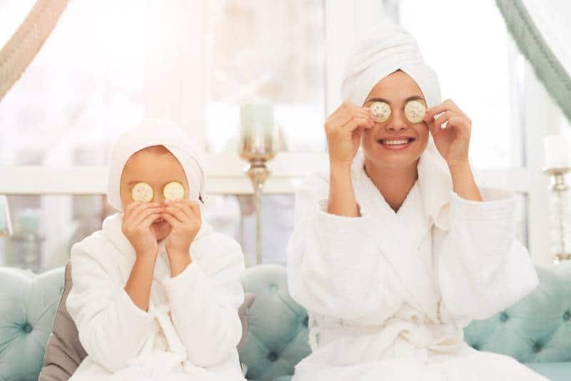 Mutter und Tochter im Bademantel chillen
