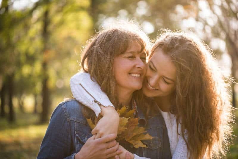 Mutter und Tochter im Park umarmen