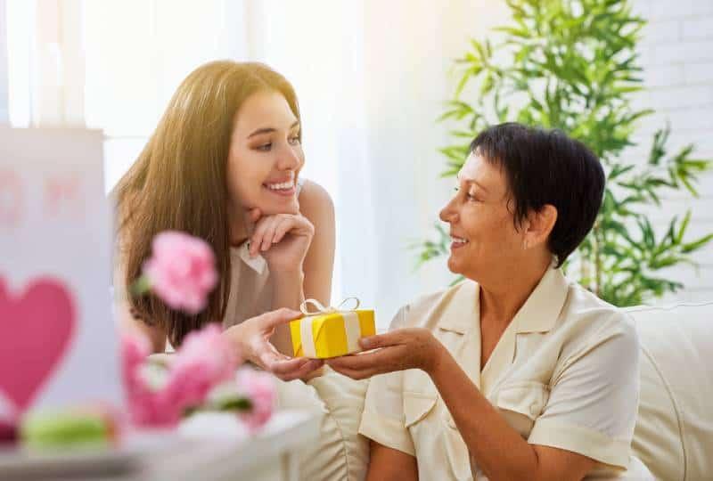 Mutter und Tochter mit Geschenk