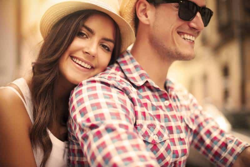 Nahaufnahme des liebenden Paares, das auf Fahrrad in der Stadt reitet