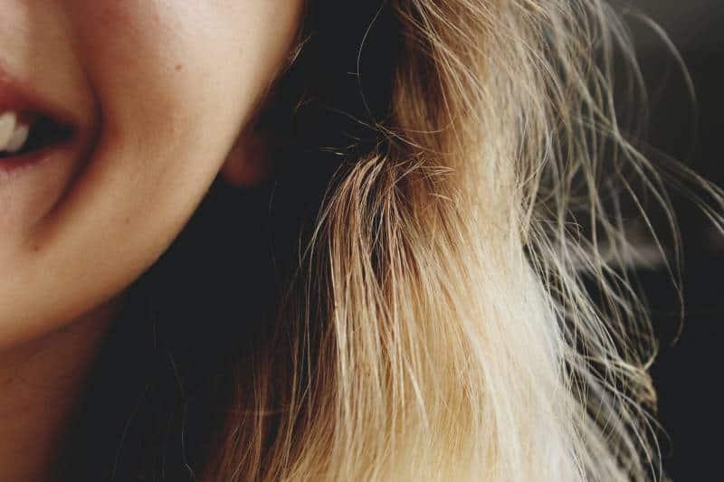 Nahaufnahmefotografie der lächelnden Frau