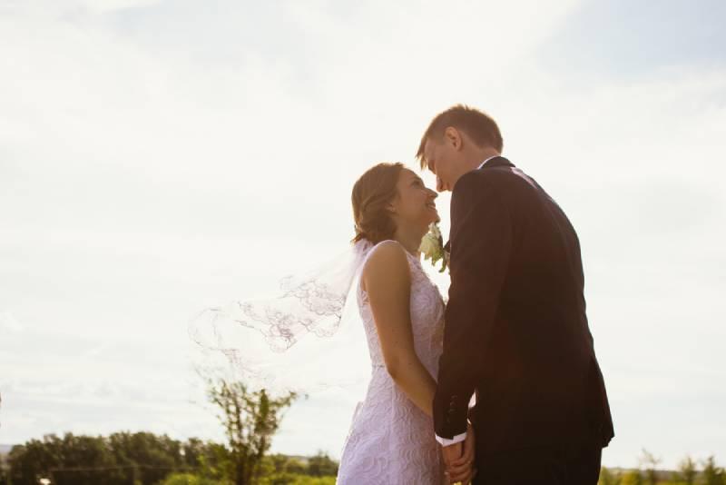 Paar Braut und Bräutigam auf Feldhintergrund.