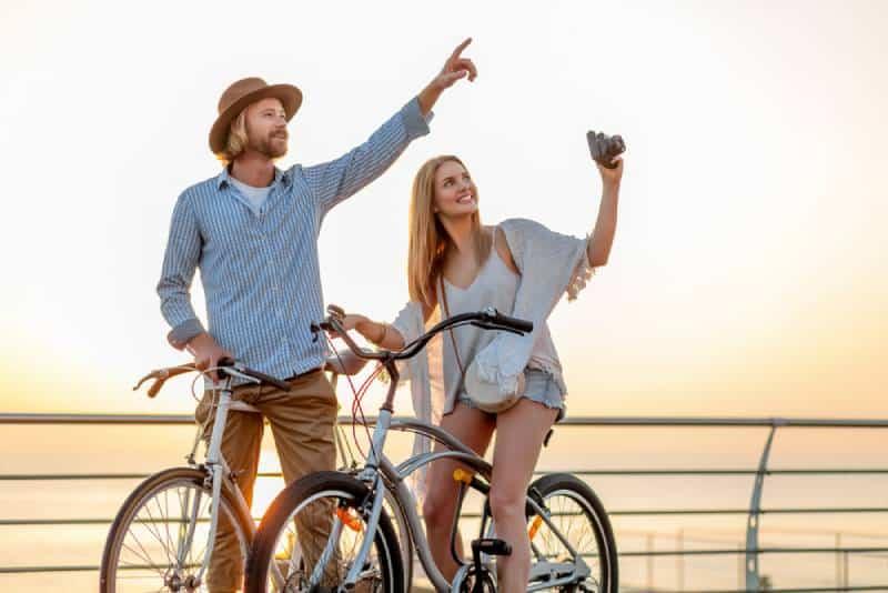 Paar Fahrrad fahren tagsüber