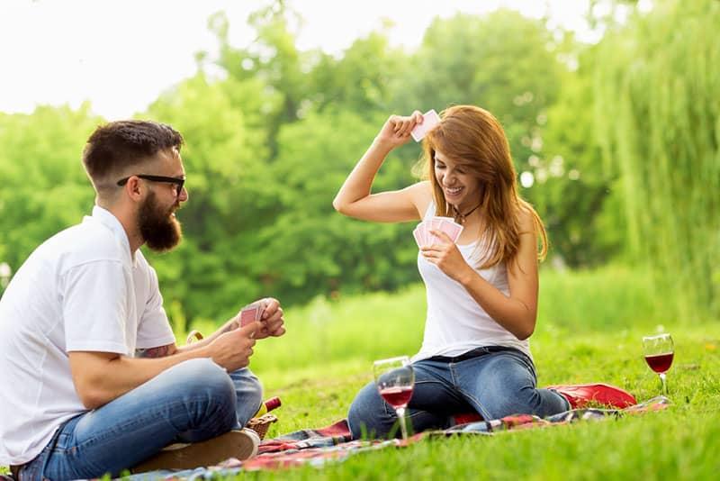 Paar Spielkarten im Park