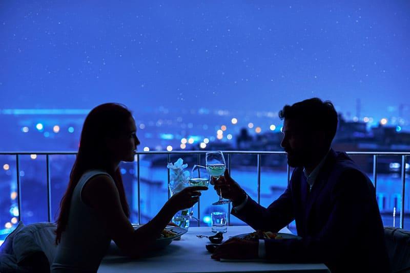 Paar am Tag im Restaurant mit Aussicht