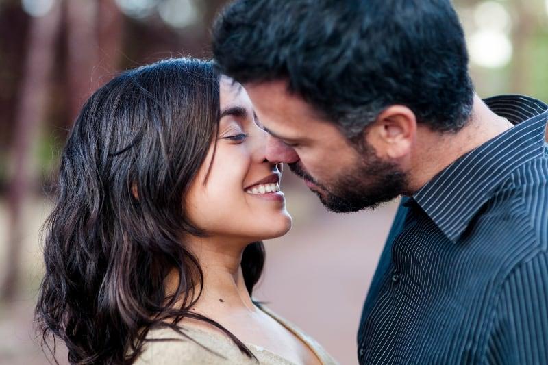 Paar an einem sonnigen Tag küssen