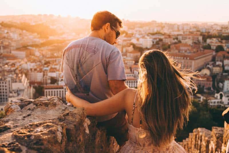 Paar auf einer Klippe
