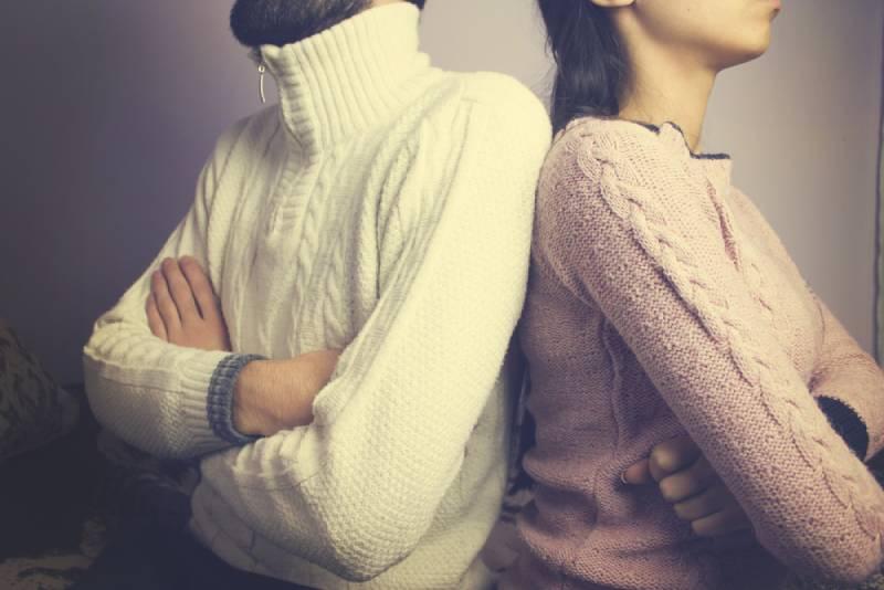 Paar beleidigt sitzen sich.
