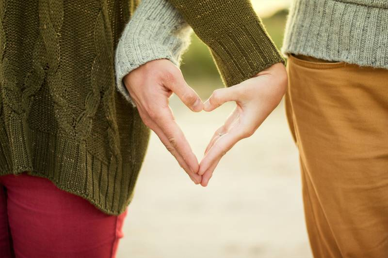 Paar, das Herzform mit ihren Händen bildet