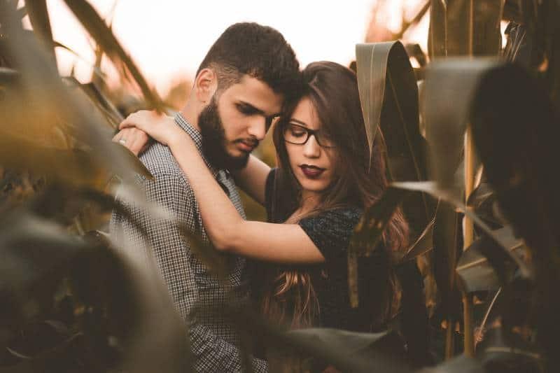 Paar, das im Maisfeld umarmt