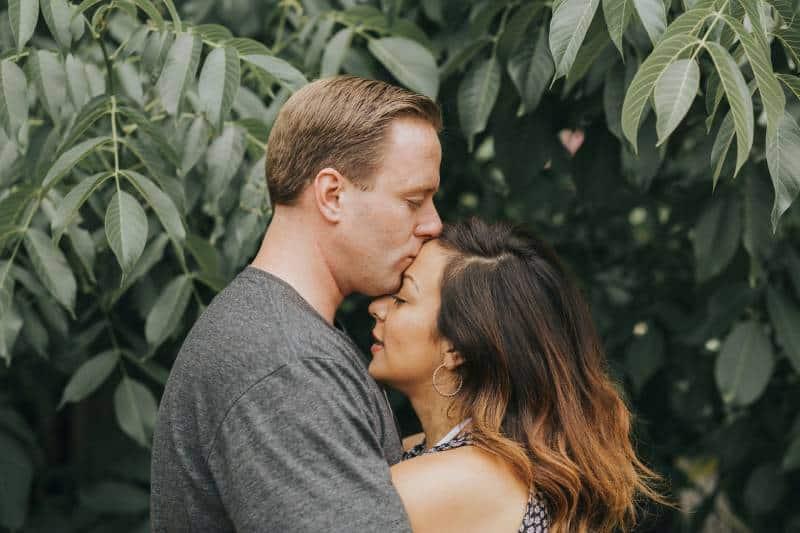 Paar, das nahe Blattbaum umarmt