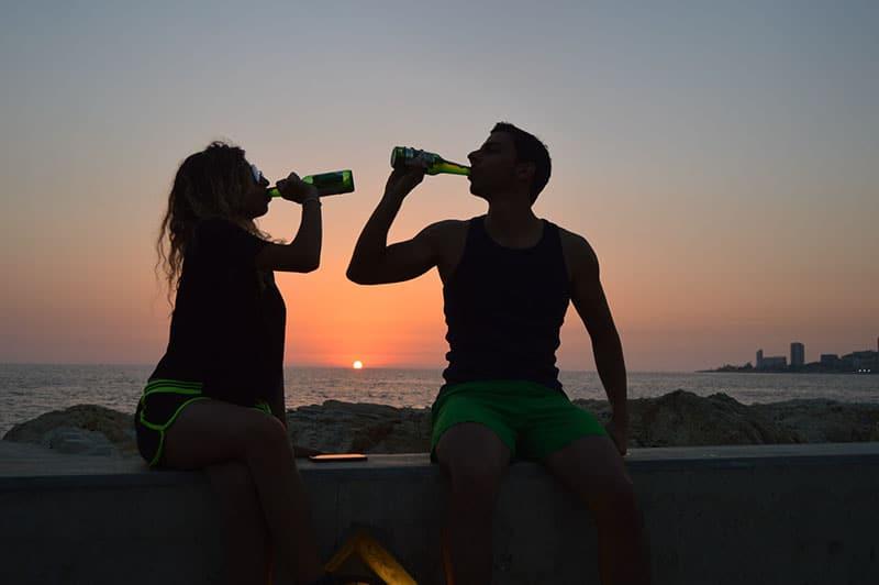 Paar draußen Bier trinken