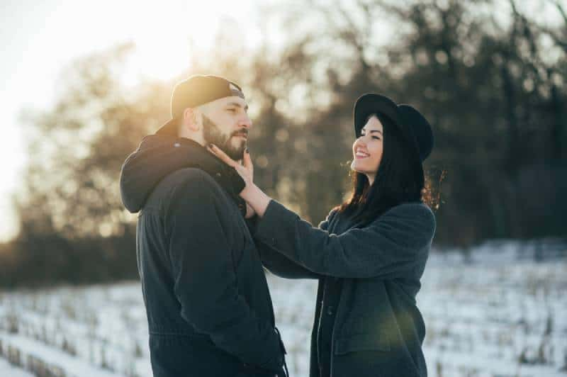 Paar draußen im Winter