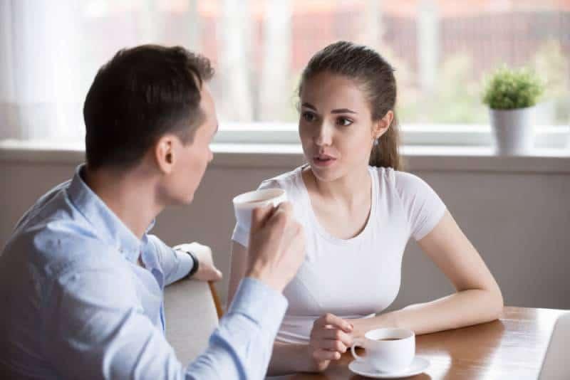 Paar ernsthafte Gespräche bei Caffe
