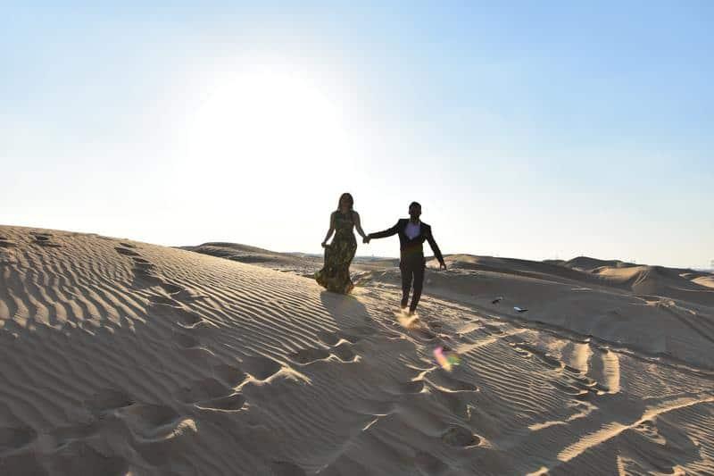 Paar geht durch die Wüste