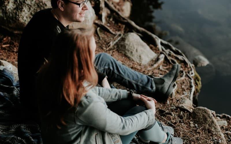 Paar genießen in der Natur