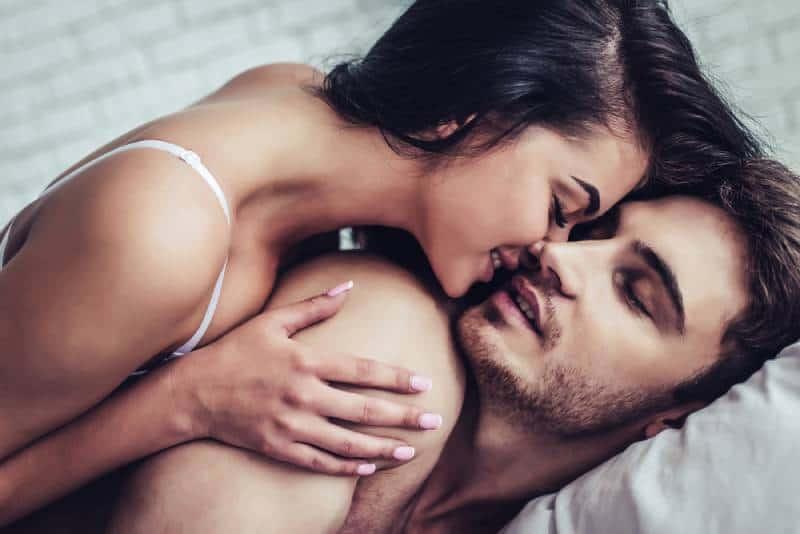 Paar genießen die Gesellschaft voneinander auf dem Bett