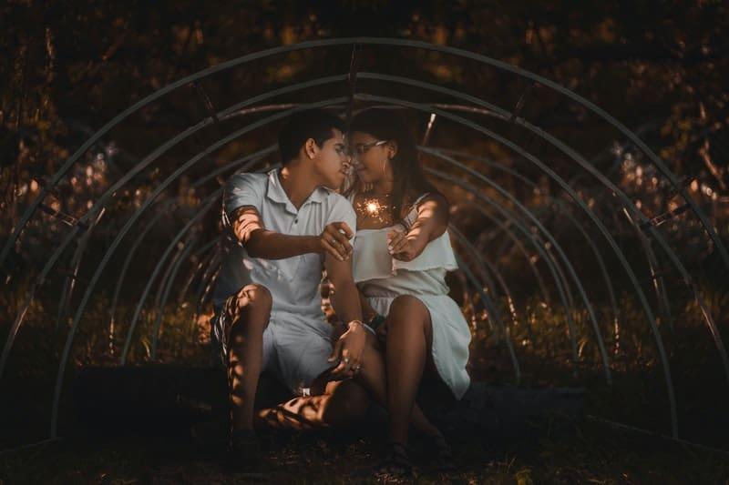 Paar hält Sprinkler