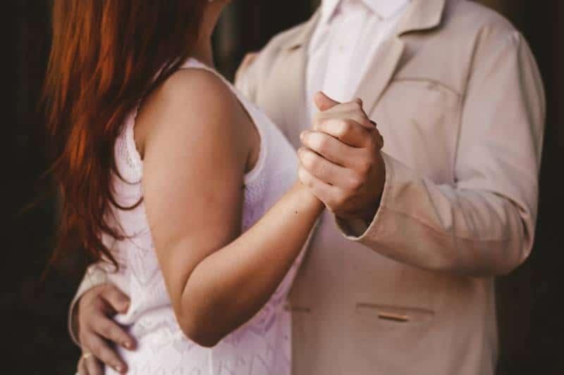 Paar hält die Hände und tanzt