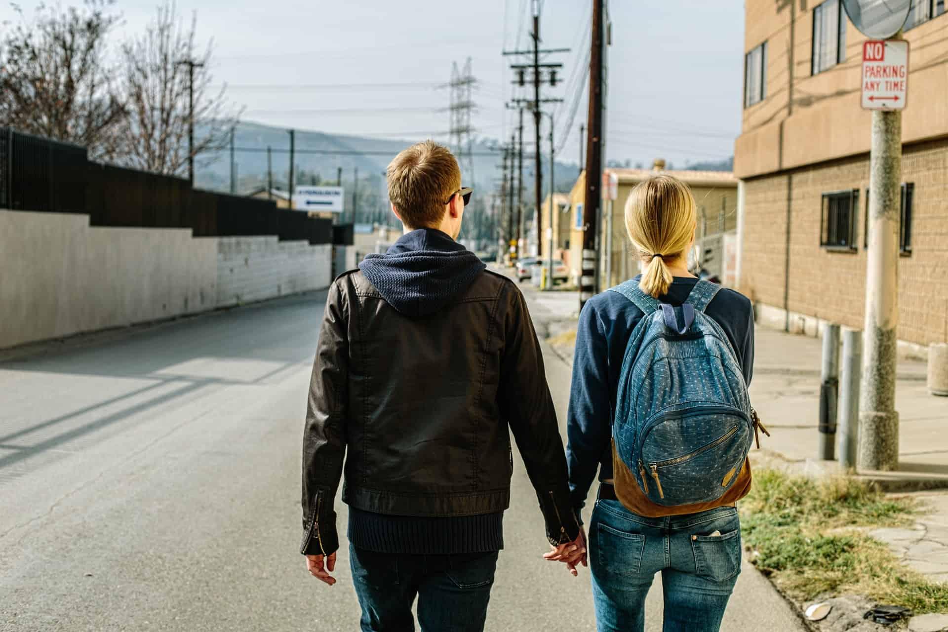 Paar hält ihre Hand zusammen auf der Straße
