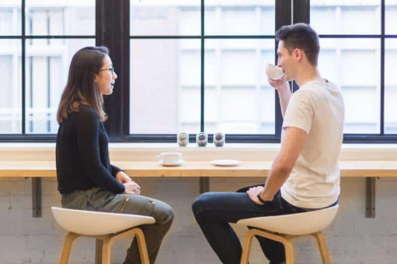 Paar im Büro sprechen