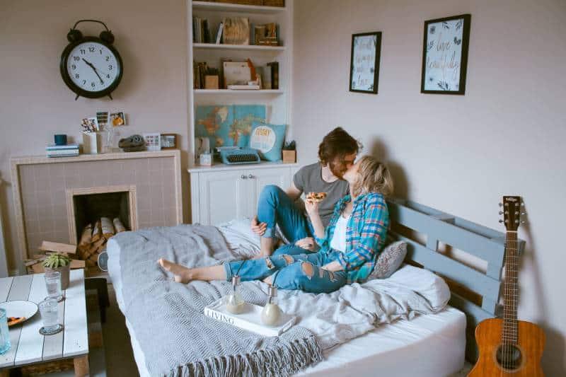Paar im Schlafzimmer küssen