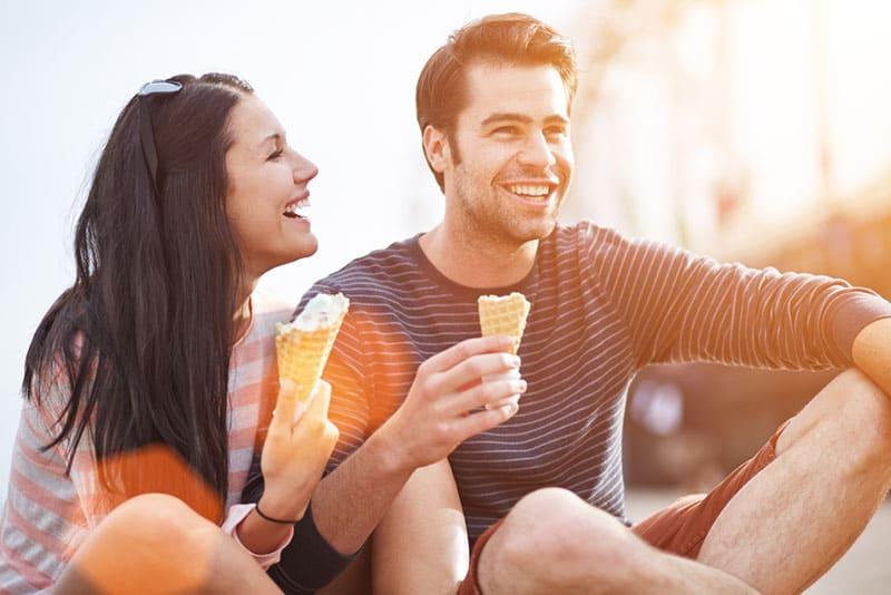 Paar isst ein Eis und lacht