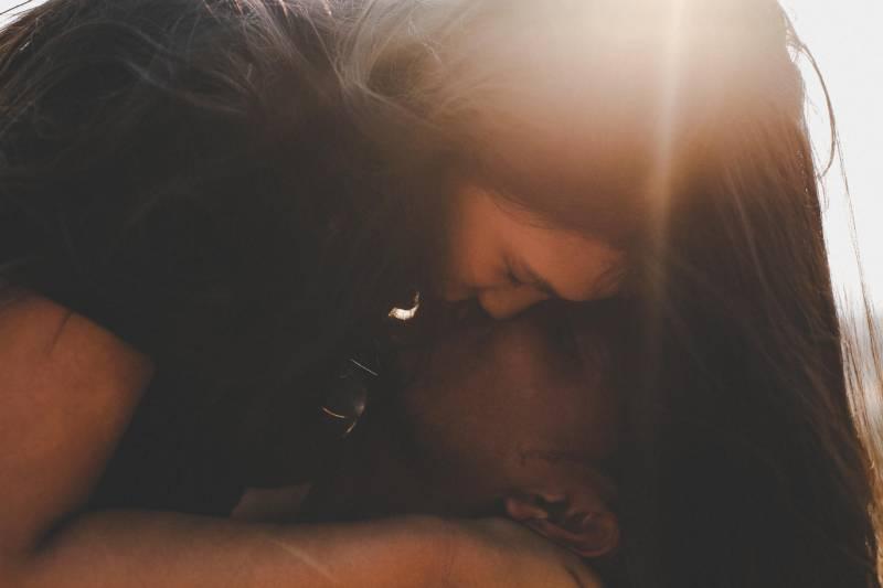Paar küsst draußen auf Sonnenuntergang