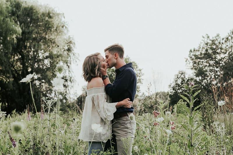 Paar küsst im Blumenfeld