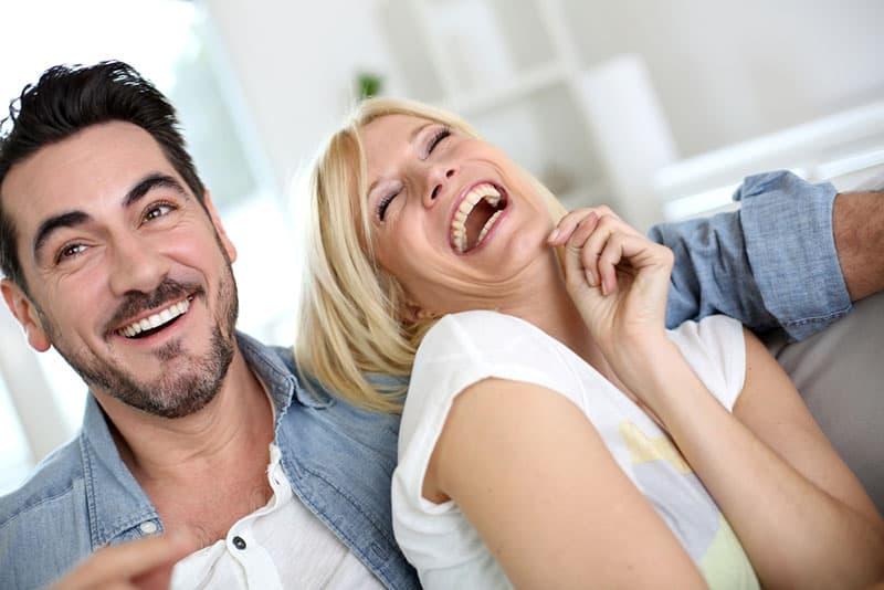 Paar lacht über Witze