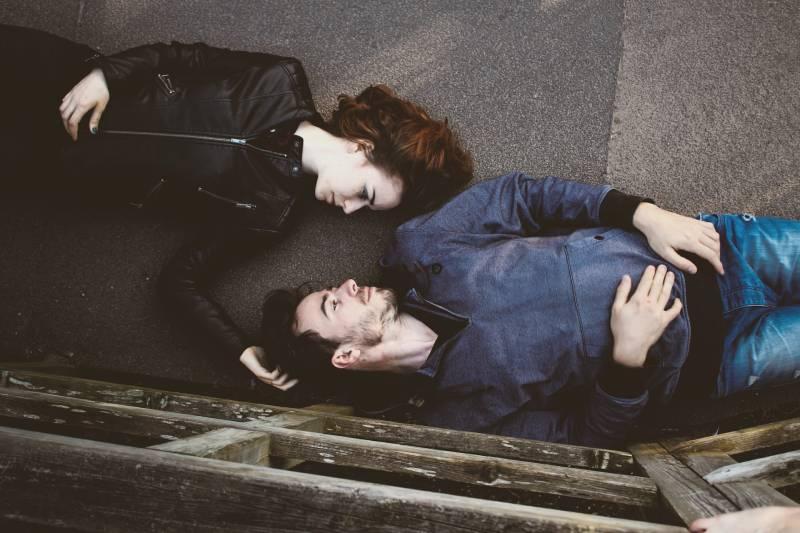 Paar liegt auf der Straße und schaut sich an