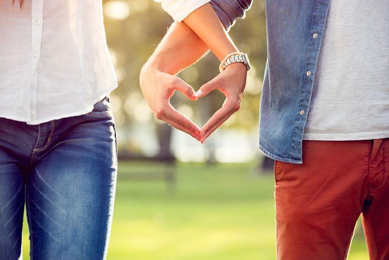 Paar macht ein Herz mit den Händen