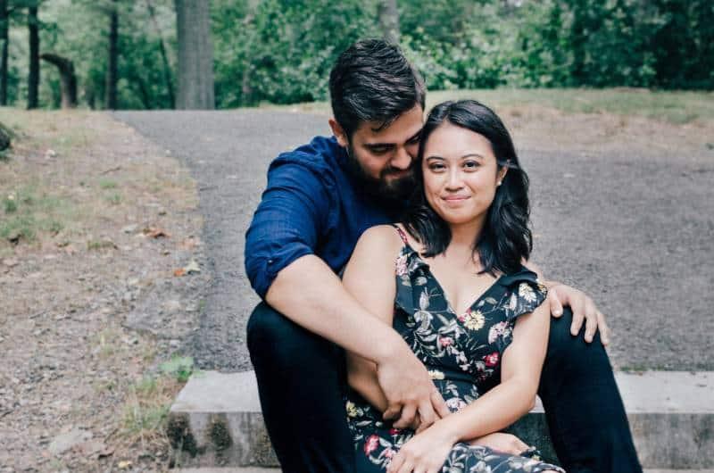 Paar sitzt auf Parktreppen