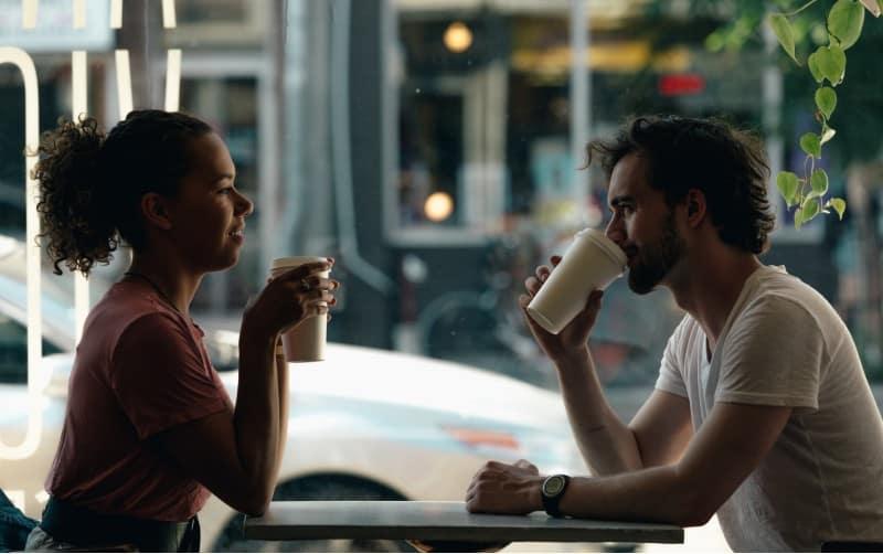 Paar spricht tagsüber im Café