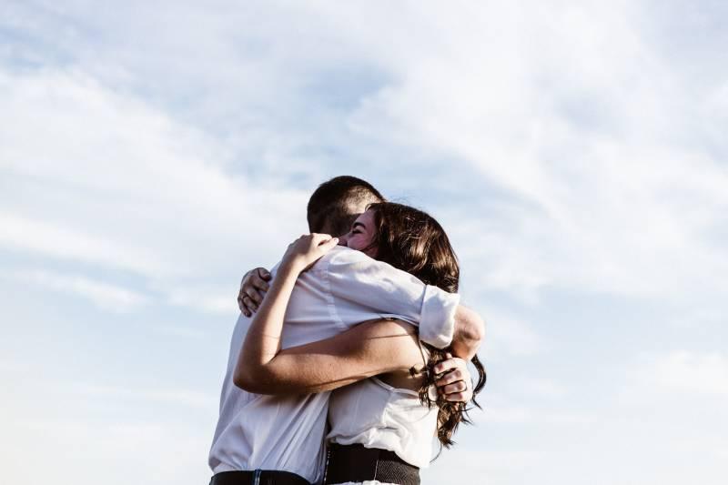 Paar tagsüber draußen umarmen