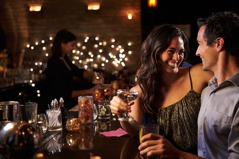 Paar trinkt in der Bar