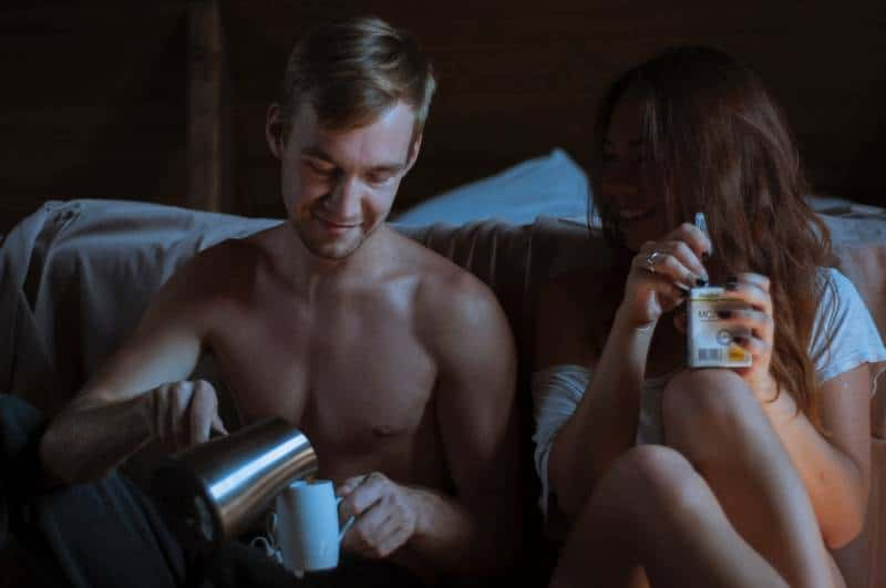 Paar trinkt nachts Kaffee