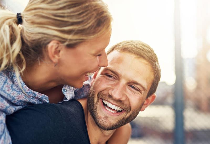 Paar zusammen lachen