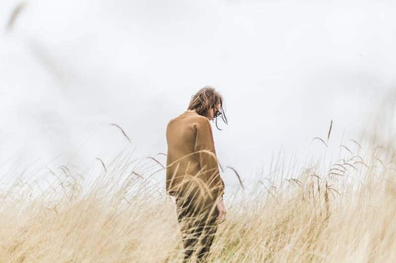 Person, die in der Mitte des Weizenfeldes steht