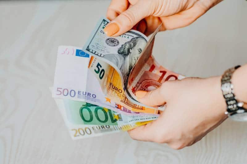 Person mit 100 Euro Rechnung