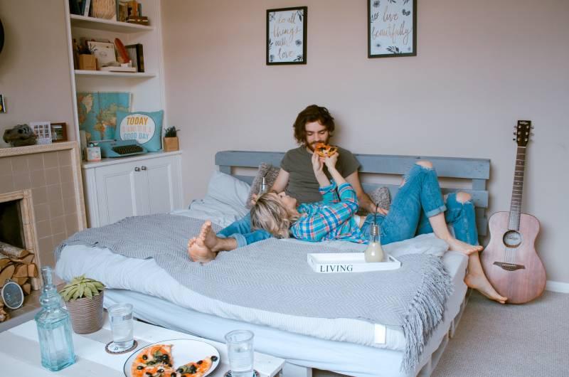Mann und Frau liegen auf dem Bett