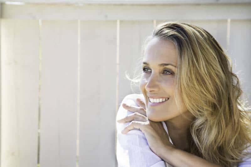 Porträt der blonden lächelnden Frau