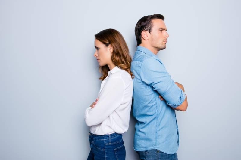 Porträt des unglücklichen frustrierten Paares, das Rücken an Rücken steht und nicht spricht