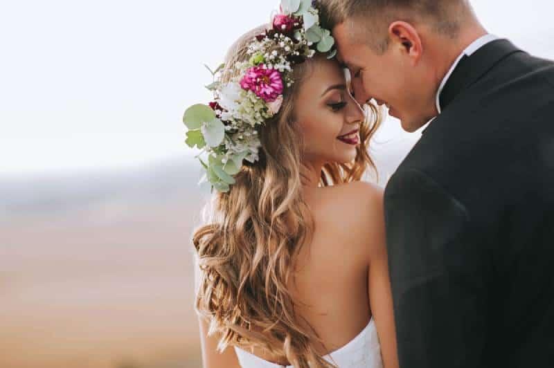 Porträt eines Mädchens und der Paare, die ein Hochzeitskleid suchen