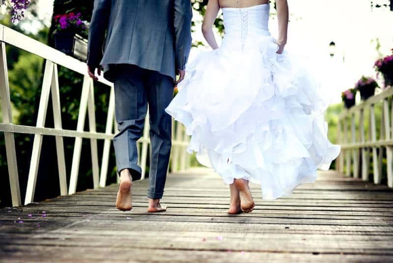 Schönes Hochzeitspaar genießt Hochzeit