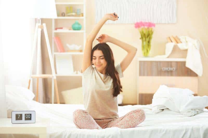 Schönes junges Mädchen, das nach einem Nachtschlaf aufwacht