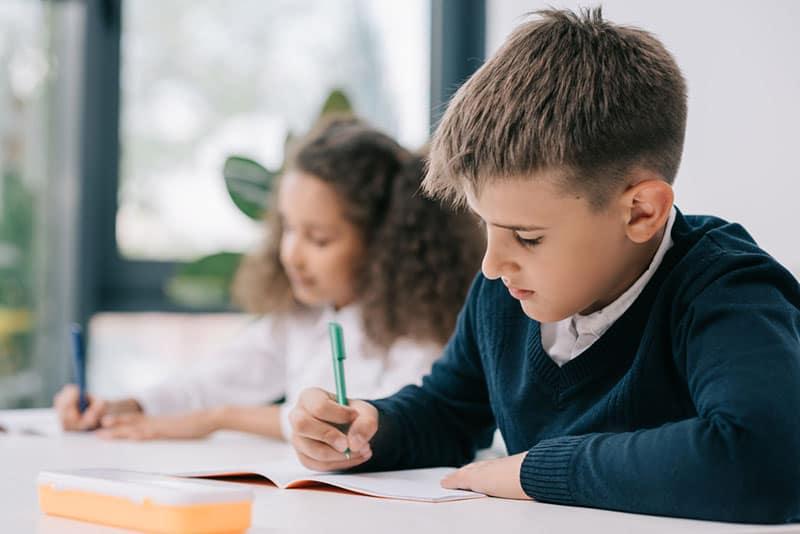 Schüler schreibt seine Hausaufgaben