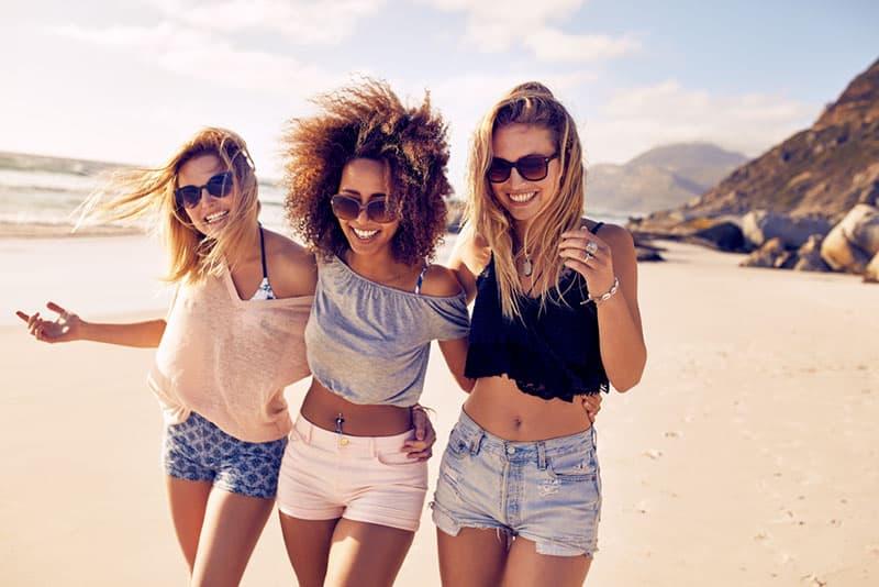 Schwestern am Strand spazieren