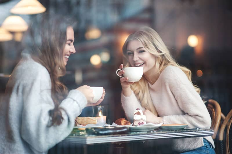 Schwestern, die zusammen Kaffee im Café trinken